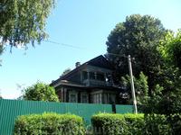 Этот дом расположен на другом берегу Волги между Петровским и Рыбинским мостом