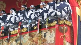 Музыканты, гости, актёры в белых кимоно располагаются на втором ярусе, напоминающем открытую веранду и даже на крышах