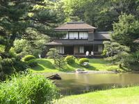Здесь можно увидеть виллу Ринсюнкаку, сооруженную в 1649 году по приказу сёгуна Токугава на полуострове Кии,чайный домик Тёсюкаку, также некогда принадлежавший семье Токугава.