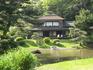 Здесь можно увидеть виллу Ринсюнкаку, сооруженную в 1649 году по приказу сёгуна Токугава на полуострове Кии,чайный домик Тёсюкаку, также некогда принадлежавший ...