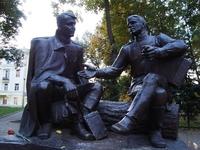 Памятник Александру Твардовскому и Василию Тёркину