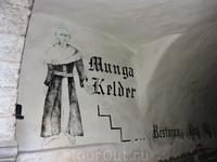 Указатель ресторана... правда кто-то уже подкрасил монаху волосы... на современный лад