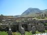 Развалины древнего Коринфа, на заднем плане гора Коринф