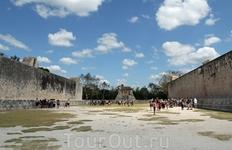 А это самое большое (длина 168м) из сохранившихся в Мезоамерике поле для игры в мяч. До сих пор сохранились два кольца с резьбой, через которое должен ...