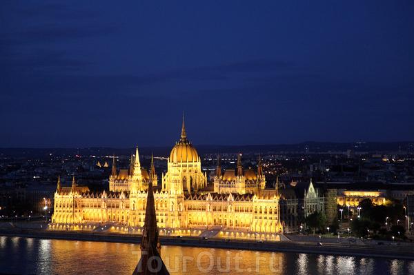 Здание Парламента прекрасно смотрится и днем , и ночью.