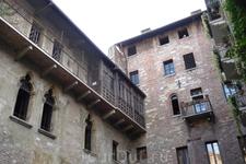 Верона. Фрагменты зданий   домов ,в одном из которых ,по легенде , жила  влюбленная Джульетта.)))))
