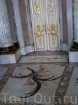 овальный Мраморный зал с коринфскими колоннами.напротив двери выход в парк.
