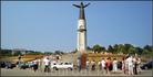 на набережной залива у подножия памятника Матери-покровительнице