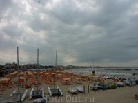 Пляж в районе Сан Джулиано Маре.. Так получилось, что фотоаппарат был с собой в пасмурный день. Обычно картинка очень веселенькая - разноцветные зонтики ...