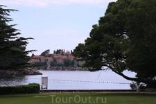Свети-Стефан - остров более ста отелей и прекрасных пляжей.