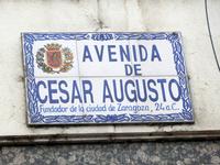 Один из проспектов города носит имя своего основателя - Юлия Цезаря. Памятник основателю мы увидели немного позже.