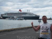 Queen Mary - 2 на стоянке в порту Порт-Луи во время очередного кругосветного путешествия.