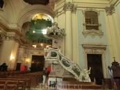 Кроме фасада церкви восстановительные работы коснулись органа. Хоры и орган расположены над входной дверью, напротив главного алтаря. Орган был создан ...