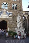 """Палаццо Векьо на площади Синьорий. Перед входом две статуи, эта, справа, """" Геркулес, победивший Какуса"""" Работа итальянского скульптора  Бандинелли."""