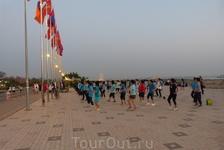 Вечерняя зарядка на берегу Меконга. Вьентьян.