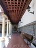 По периметру патио украшен севильской плиткой, а потолок сделан из дерева. Плиткой патио укарасили уже во время реформ после закрытия монастря.