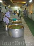 Индия, Дели, Бангла Сахиб Гурудвара - Сикхский Храм. но в храме накормят всех, кто зайдет. Многие прихожане приходят в храм поесть каждый день.