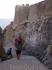 Спуск по довольно крутой лестнице из крепости