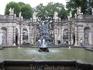 Цвингер, очень красивый фонтан, вокруг которого много ниш со статуями.