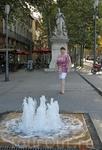 Незатейливый фонтанчик и скульптура в начале бульвара Мирабо