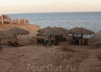Пляж 3.Без пирса ,вход в море плохой(крупные камни)