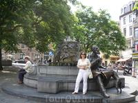 """Брюссель. Забавный  памятник,называется  """" Бургомистру  и  его  любимой  собаке,  жующей  его  рукав""""!  Если  посмотреть на  собаку справа,то  она  и вправду ..."""