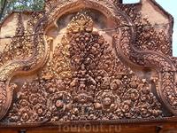 Храмы Ангкора Храм Бантей-Срей расположен примерно в 25 км к северо-востоку от Сиамриапа. Это один из самых отдаленных храмов Ангкора. Бантей-Срей был ...