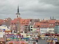 Город очень маленький,живописный.На площади  временная ярмарка с аттракционами.