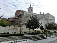 La Catedral de Nuestra Señora de la Asunción находится через площадь от церкви Санта Марии. Со стороны plaza de Portugalete у Собора довольно странный ...