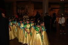 в МОЛе..девочки готовятся к выступлению в честь открытия самого высокого здания в мире.
