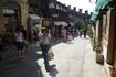 На улицах  Сан-Марино,вдали слева видна крепостная  стена с зубчатым  верхом. Узкие  улицы  города буквально  наводнены магазинами,большими и маленькими ...