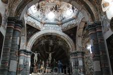 Также эта церковь известна тем, что именно в ней можно увидеть изображения дьявола в различных религиозных сценах. Попытайтесь отыскать его...