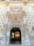 Великолепный готический фасад был закончен в 1483 году, немного позднее - внутренний двор и, к концу века, дворец был полностью выстроен.