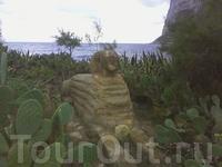 сфинкс на диком пляже