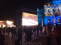 На ступенях Рудольфиниума пел хор, напротив были платные сидячие места. А вокруг можно было бесплатно стоять и слушать музыку. На площади были палатки ...