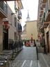 Дальше мы направились на главную улицу, тут она правильно называется Calle Mayor. В боковых улочках разместились кафе, в просветах проглядывают еще какие-то ...