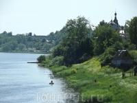 Старая Ладога. 1150 лет государственности Руси. Вид из крепости на реку Волхов. Вдали купола мужского монастыря