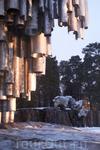 Памятник состоит из более чем 600 труб и весит 24 тонны.