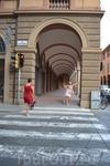 Болонья (под такими арками (37 км) можно пройти во времяя дождя и не промокнуть)