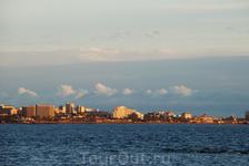 Панорама побережья на закате.