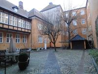 Среди мегаполиса часто встречаются уютные дворики.