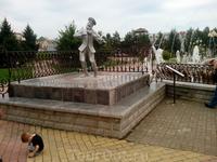 Старый скрипач и фонтаны на Театральной площади.