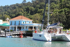 В голубом домике расположена морская компания, которая обслуживает суда находящиеся в данной марине. Здесь так-же можно купить билеты на быстроходный катер ...