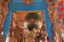 """Предмет поклонения в Као Дай - """"божественное всевидящее око""""."""