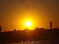 Тель-Авив. Закат здесь наступает почти сразу. Успеешь досчитать до ста - и солнышко уходит за линию горизонта. Такой момент, напоминающий сюжеты из книги ...