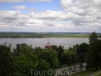 Вид на Волгу со стен Нижегородского кремля. Круглая Белая башня расположена против поворота Кремлевского съезда и является единственной сохранившейся круглой ...