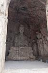 Пещера Бинь-ян была вырублена одной из первых в начале 6 в. Ее строительство длилось 24 года. Перед главной статуей высечены два каменных льва; улыбающегося ...