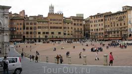 Пьяцца дель Кампо - визитная карточка города, его главная площадь, по форме напоминающей просторную перевернутую створку раковины. Она была построена специально ...