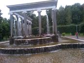 Один из фонтанов в петергофском парке