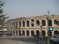 """действующий театр под """"открытым небом"""" в сохранившейся еще со времен Римской империи Arena di Verona - постройке, напоминающий римский Коллизей"""